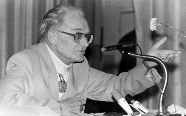 Константин Павлович Бутейко выступает с лекцией